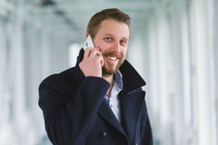 Νέος επιτυχής επιχειρηματίας με το τηλέφωνο κυττάρων Στοκ Εικόνες