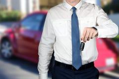Νέος επιτυχής επιχειρηματίας που προσφέρει ένα κλειδί αυτοκινήτων Στοκ εικόνα με δικαίωμα ελεύθερης χρήσης