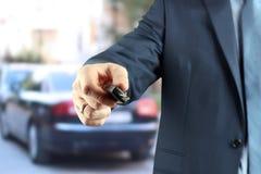 Νέος επιτυχής επιχειρηματίας που προσφέρει ένα κλειδί αυτοκινήτων Στοκ φωτογραφίες με δικαίωμα ελεύθερης χρήσης