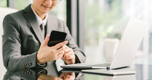 Νέος επιχειρηματίας ή επιχειρηματίας που χρησιμοποιεί το smartphone, το lap-top, και την ψηφιακή ταμπλέτα στην εργασία Στοκ Εικόνες