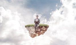 Νέος επιχειρηματίας ή σπουδαστής που επιπλέει στον ουρανό και που μελετά το Sc Στοκ Εικόνα