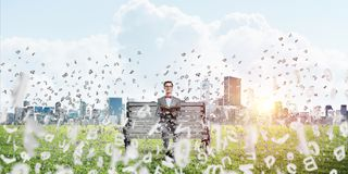 Νέος επιχειρηματίας ή σπουδαστής που μελετά την επιστήμη και τη μύγα συμβόλων γύρω Στοκ Εικόνες