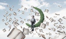Νέος επιχειρηματίας ή σπουδαστής που μελετά την επιστήμη και το flyi βιβλίων Στοκ Φωτογραφία