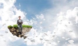 Νέος επιχειρηματίας ή σπουδαστής που μελετά τη μύγα αεροπλάνων επιστήμης και εγγράφου γύρω Στοκ Φωτογραφία