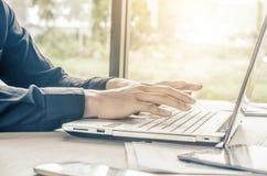 Νέος επιχειρηματίας ή freelancer χρησιμοποίηση του φορητού προσωπικού υπολογιστή, στοκ εικόνες