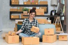Νέος επιχειρηματίας, εργασία ιδιοκτητών επιχείρησης εφήβων στο σπίτι, άλφα Στοκ φωτογραφίες με δικαίωμα ελεύθερης χρήσης