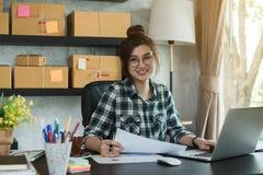 Νέος επιχειρηματίας, εργασία ιδιοκτητών επιχείρησης εφήβων στο σπίτι, άλφα Στοκ Φωτογραφία
