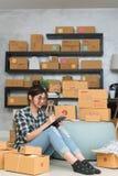 Νέος επιχειρηματίας, εργασία ιδιοκτητών επιχείρησης εφήβων στο σπίτι, άλφα Στοκ φωτογραφία με δικαίωμα ελεύθερης χρήσης