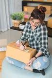 Νέος επιχειρηματίας, εργασία ιδιοκτητών επιχείρησης εφήβων στο σπίτι, άλφα Στοκ Φωτογραφίες