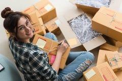 Νέος επιχειρηματίας, εργασία ιδιοκτητών επιχείρησης εφήβων στο σπίτι, άλφα Στοκ Εικόνες