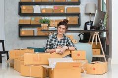 Νέος επιχειρηματίας, εργασία ιδιοκτητών επιχείρησης εφήβων στο σπίτι, άλφα Στοκ εικόνες με δικαίωμα ελεύθερης χρήσης