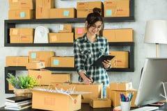 Νέος επιχειρηματίας, εργασία ιδιοκτητών επιχείρησης εφήβων στο σπίτι, άλφα Στοκ εικόνα με δικαίωμα ελεύθερης χρήσης