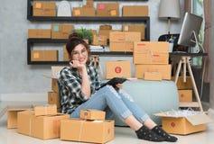 Νέος επιχειρηματίας, εργασία ιδιοκτητών επιχείρησης εφήβων στο σπίτι, άλφα Στοκ Εικόνα