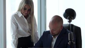 Νέος επιχειρηματίας και ο γραμματέας του στο γραφείο απόθεμα βίντεο