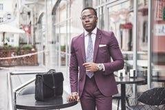 Νέος επιχειρηματίας με έναν χαρτοφύλακα κοντά σε ένα όμορφο γραφείο business businessman cmputer desk laptop meeting smiling talk στοκ εικόνες με δικαίωμα ελεύθερης χρήσης