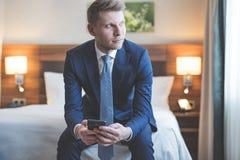 Νέος επιχειρηματίας με ένα τηλέφωνο στο δωμάτιο Στοκ εικόνες με δικαίωμα ελεύθερης χρήσης