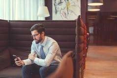Νέος επιχειρηματίας με ένα τηλέφωνο στο εσωτερικό Στοκ Εικόνες