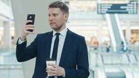 νέος επιχειρηματίας με ένα τηλέφωνο Στοκ Φωτογραφίες