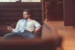 νέος επιχειρηματίας με ένα τηλέφωνο Στοκ εικόνες με δικαίωμα ελεύθερης χρήσης