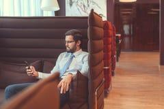νέος επιχειρηματίας με ένα τηλέφωνο Στοκ Φωτογραφία