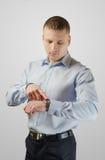 Νέος επιχειρηματίας με ένα wristwatch Στοκ Εικόνα