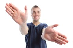 Νέος επιχειρηματίας με τα ανοικτά χέρια που απομονώνεται Στοκ φωτογραφία με δικαίωμα ελεύθερης χρήσης