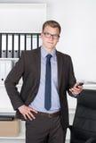 Νέος επιχειρηματίας με το έξυπνο τηλέφωνο Στοκ φωτογραφία με δικαίωμα ελεύθερης χρήσης