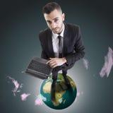 Νέος επιχειρηματίας με το lap-top που στέκεται πέρα από τον πλανήτη Στοκ Φωτογραφία