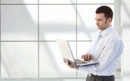 Νέος επιχειρηματίας με το lap-top Στοκ φωτογραφία με δικαίωμα ελεύθερης χρήσης