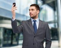 Νέος επιχειρηματίας με το smartphone Στοκ φωτογραφίες με δικαίωμα ελεύθερης χρήσης