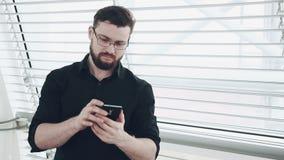 Νέος επιχειρηματίας με το smartphone φιλμ μικρού μήκους