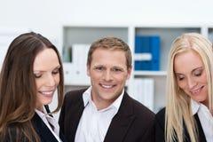 Νέος επιχειρηματίας με δύο θηλυκούς συναδέλφους Στοκ Φωτογραφίες