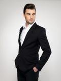 Νέος επιχειρηματίας μόδας στο μαύρο κοστούμι Στοκ Φωτογραφίες