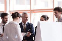Νέος επιχειρηματίας ξεκινήματος που παρουσιάζει στο ανώτερο investio Στοκ Εικόνες