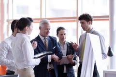 Νέος επιχειρηματίας ξεκινήματος που παρουσιάζει στο ανώτερο investior Στοκ Εικόνα