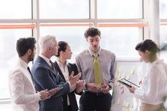 Νέος επιχειρηματίας ξεκινήματος που παρουσιάζει στο ανώτερο investior Στοκ Εικόνες