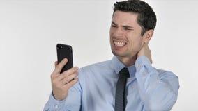 Νέος επιχειρηματίας που αντιδρά στην απώλεια χρησιμοποιώντας Smartphone απόθεμα βίντεο
