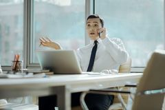 Νέος επιχειρηματίας που αντιτίθεται σε κάποιο στο τηλέφωνο Στοκ φωτογραφία με δικαίωμα ελεύθερης χρήσης
