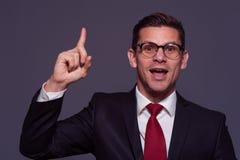 Νέος επιχειρηματίας που δείχνει το δάχτυλό του επάνω στοκ εικόνες