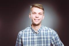 Νέος επιχειρηματίας που ενεργεί όπως έναν έξοχο ήρωα και λυσσασμένος το πουκάμισό του, που απομονώνεται στο γκρίζο υπόβαθρο Στοκ φωτογραφία με δικαίωμα ελεύθερης χρήσης