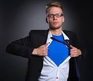 Νέος επιχειρηματίας που ενεργεί όπως έναν έξοχο ήρωα και λυσσασμένος το πουκάμισό του, στάση Στοκ Εικόνες