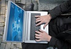 Νέος επιχειρηματίας που εξετάζει τον υπολογιστή του Στοκ εικόνες με δικαίωμα ελεύθερης χρήσης