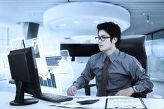 Νέος επιχειρηματίας που εξετάζει το εικονικό διάγραμμα Στοκ Φωτογραφίες