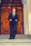 Νέος επιχειρηματίας που εργάζεται έξω Στοκ φωτογραφία με δικαίωμα ελεύθερης χρήσης