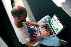 Νέος επιχειρηματίας που εργάζεται με τα οικονομικά στοιχεία όσον αφορά το σημειωματάριο στο εσωτερικό Στοκ φωτογραφία με δικαίωμα ελεύθερης χρήσης
