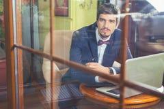 Νέος επιχειρηματίας που εργάζεται στον καφέ, που χρησιμοποιεί το lap-top Στοκ εικόνα με δικαίωμα ελεύθερης χρήσης