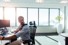 Νέος επιχειρηματίας που εργάζεται στο γραφείο του στην αρχή Στοκ φωτογραφία με δικαίωμα ελεύθερης χρήσης