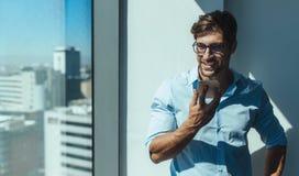 Νέος επιχειρηματίας που εργάζεται στο γραφείο του στην αρχή Στοκ Φωτογραφίες