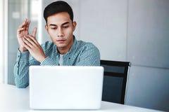 Νέος επιχειρηματίας που εργάζεται στο lap-top υπολογιστών στην αρχή στοκ φωτογραφίες με δικαίωμα ελεύθερης χρήσης