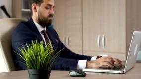 Νέος επιχειρηματίας που θολώνεται στην εργασία υποβάθρου απόθεμα βίντεο